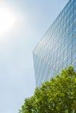 现代大厦和太阳 库存照片