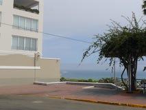 现代大厦和海Barranco大道的,利马 免版税图库摄影