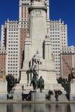 现代大厦和米格尔・德・塞万提斯纪念碑在马德里,西班牙,建筑学 免版税库存照片
