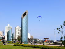 现代大厦和通报反映塔,利马 免版税库存图片