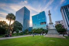 现代大厦和雕象在日落,在哥伦比亚,南Caroli 免版税库存图片