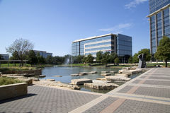 现代大厦和风景在霍尔停放Frisco TX 图库摄影