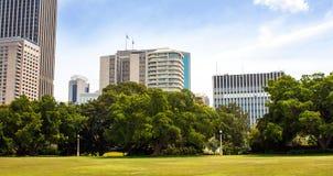 现代大厦和parkland 免版税库存图片