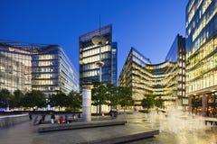 现代大厦在伦敦在晚上 库存图片