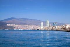 现代大厦在多云天空下 伊兹密尔,土耳其 免版税库存图片