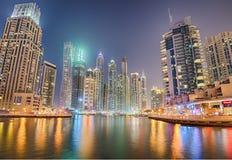 现代大厦在迪拜小游艇船坞区在晚上 免版税库存照片