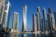 现代大厦在迪拜小游艇船坞 库存照片