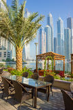 现代大厦在迪拜小游艇船坞 库存图片
