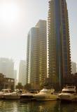 现代大厦在迪拜小游艇船坞 免版税库存图片