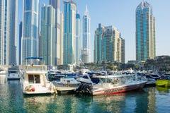 现代大厦在迪拜小游艇船坞 图库摄影