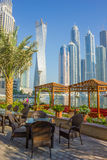 现代大厦在迪拜小游艇船坞 免版税图库摄影