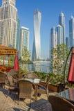 现代大厦在迪拜小游艇船坞 免版税库存照片