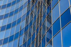 现代大厦弯曲的玻璃门面  免版税库存图片