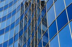现代大厦弯曲的玻璃门面  免版税图库摄影