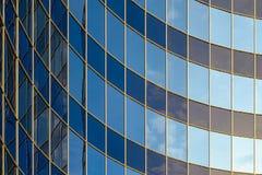 现代大厦弯曲的玻璃门面  图库摄影