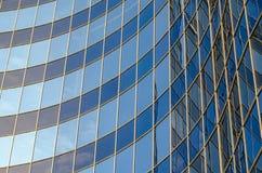 现代大厦弯曲的玻璃门面  库存照片