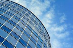 现代大厦弯曲的玻璃门面  免版税库存照片