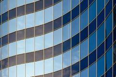 现代大厦弯曲的玻璃门面  库存图片