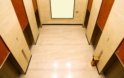 现代大厦电梯大厅 免版税库存照片