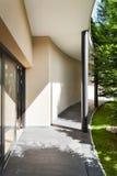 现代大厦的入口 免版税库存图片
