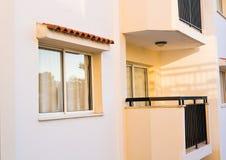 现代大厦的旅馆客房阳台的样式 库存照片
