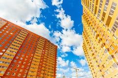 现代大厦红色和黄色墙壁 免版税库存照片
