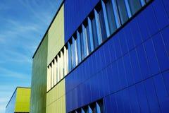 现代大厦蓝色和绿色墙壁  免版税库存照片