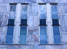 现代大厦门面与蓝色大理石瓦片和单块玻璃的 免版税库存照片