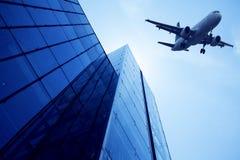 现代大厦玻璃墙。在天空的航空器 库存照片