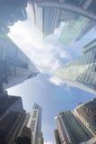 现代大厦Fisheye视图  到达天空的企业概念金黄回归键所有权 免版税图库摄影