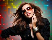 现代太阳镜的美丽的性感的时髦的妇女 免版税库存图片