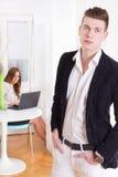 现代夫妇妇女和人在对eac失望的客厅 免版税库存图片