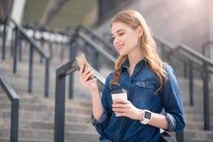 现代年轻女商人在一个大城市 免版税库存图片
