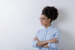现代女实业家佩带的玻璃画象  免版税库存照片