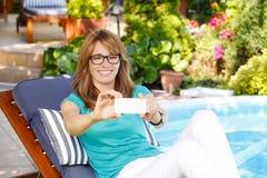现代妇女在庭院里 免版税库存图片