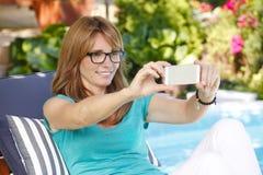 现代妇女在庭院里 库存照片
