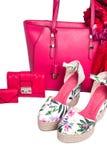 现代妇女` s桃红色袋子、钱包、凉鞋和围巾在白色背景 库存图片