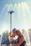 现代妈妈和年轻女儿采取selfie 免版税库存图片