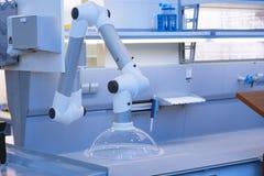 现代医学实验室设备 机器人手 库存照片