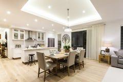 现代客厅和厨房有一个木地板的 免版税图库摄影