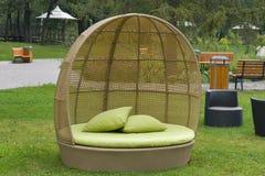 现代室外家具藤条柳条的沙发 免版税库存照片