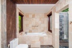 现代室外旅馆卫生间和的阵雨 库存图片
