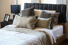 现代室或床室,有装饰的经典豪华卧室,有装饰的现代卧室内部  免版税库存图片