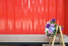 现代家和商店设计与在木架子装饰,集装箱化背景的花 库存图片