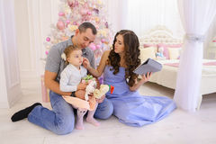现代家庭与Skype的亲戚谈话在宽敞卧室 免版税库存图片