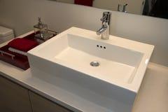 现代家庭卫生间水槽 免版税库存照片