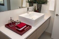 现代家庭卫生间水槽 库存照片