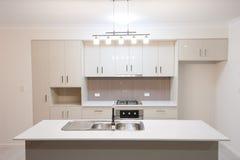 现代家的厨房 免版税库存图片