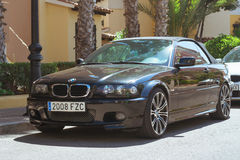 黑现代小轿车车BMW在晴朗的街道,托雷维耶哈上的3系列, 免版税图库摄影