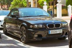 黑现代小轿车车BMW在晴朗的街道,托雷维耶哈上的3系列, 图库摄影